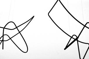 Exposición 100 Anos con Alejandro de la Sota. (16 Abril - 15 Junio, 2014). CGAC, Santiago de Compostela AUTOR: ALEJANDRO DE LA SOTA TÍTULO: 2 Prototipos de silla de alambre AÑO: s.d. TÉCNICA: Estructura de metal MEDIDAS: 2 elementos de 101 x 68 x 48 cm y 100 x 50 x 45 cm